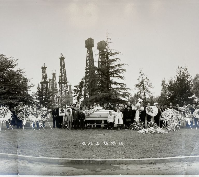 [Panorama of a Japanese-American Funeral in Long Beach with Oil Derricks in the Background]. Japanese-Americana, Kinso Ninomiya.